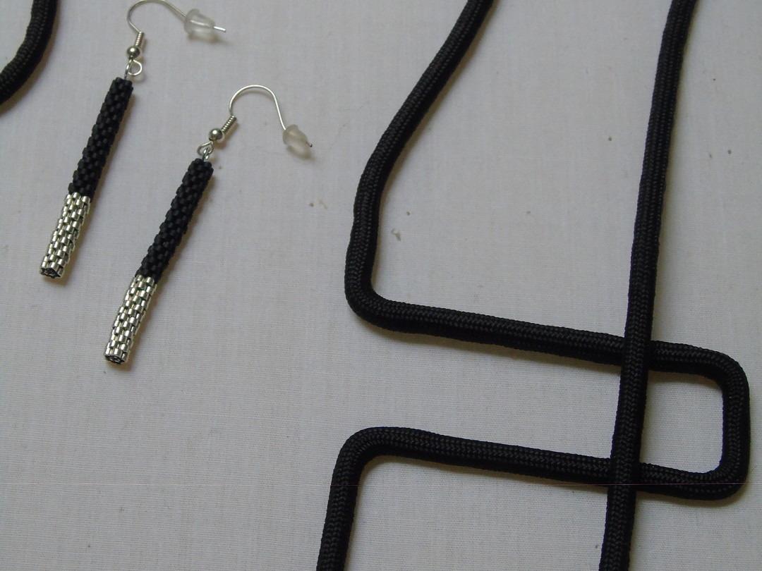 Lange zwarte geometrische ketting in textiel - Lovendegem Online